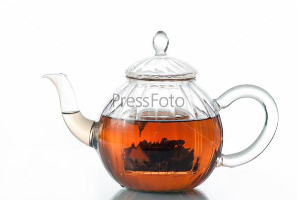 Стеклянный чайник с чаем на белом фоне