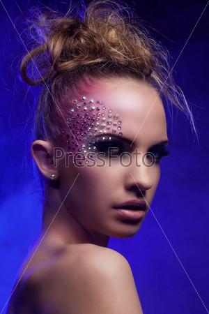 Красивая женщина с фантастическим макияжем