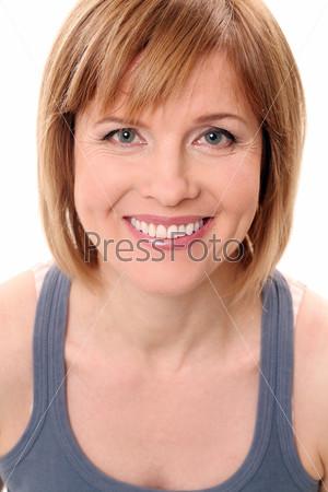 Красивая женщина средних лет на белом фоне
