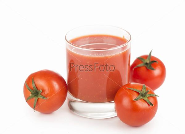 Стакан томатного сока и помидоры