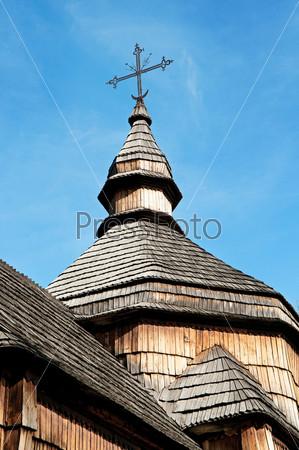 Крест на куполе церкви
