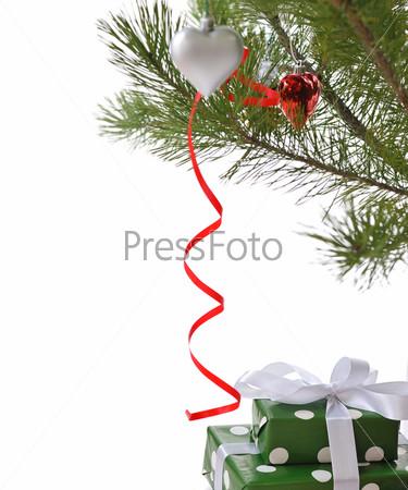 Подарочные коробки под новогодней елкой