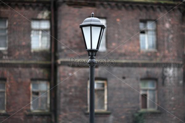 Старый уличный электрический фонарь