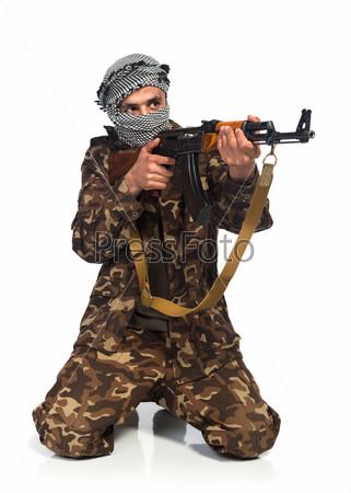 Террорист с автоматом на белом фоне
