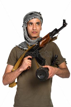 Террорист с автоматом и гранатометом на белом фоне