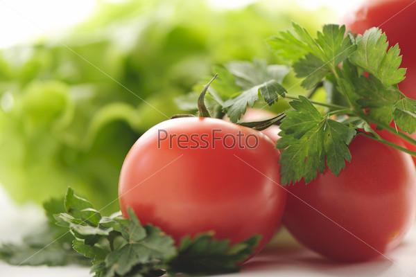 Красные помидоры и петрушка