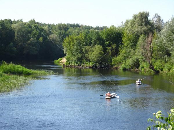 Фотография на тему Красивый пейзаж с рекой и каноэ