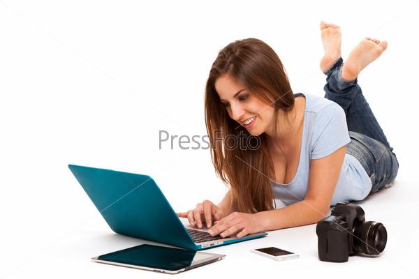 Фотография на тему Девушка с электронными устройствами