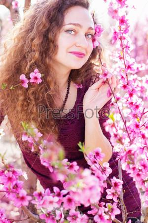 Фотография на тему Красивая девушка в розовом цветущем саду