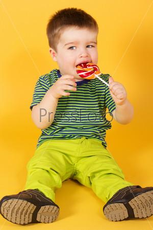 Маленький мальчик с леденцом