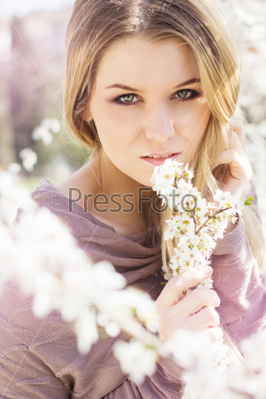 Фотография на тему Красивая блондинка в весеннем вишневом саду