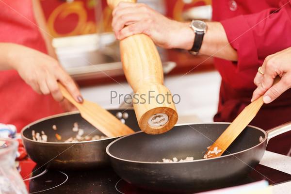 Шеф-повар приправляет еду свежей морской солью