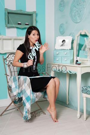 Фотография на тему Женщина держит слово ЛЮБОВЬ