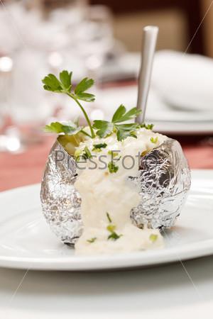 Запеченный картофель со сметанным соусом