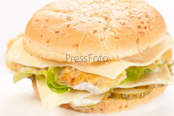 Чизбургер на тарелке