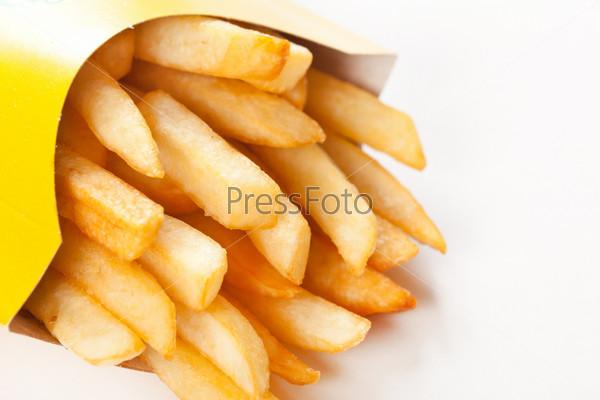 Картофель фри на белом фоне
