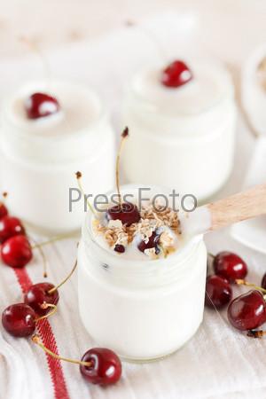 Йогурт с вишней