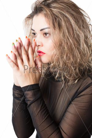 Портрет страстной женщины, изолированной на белом фоне