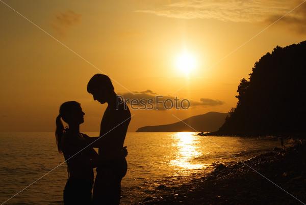 Силуэт влюбленной пары на закате