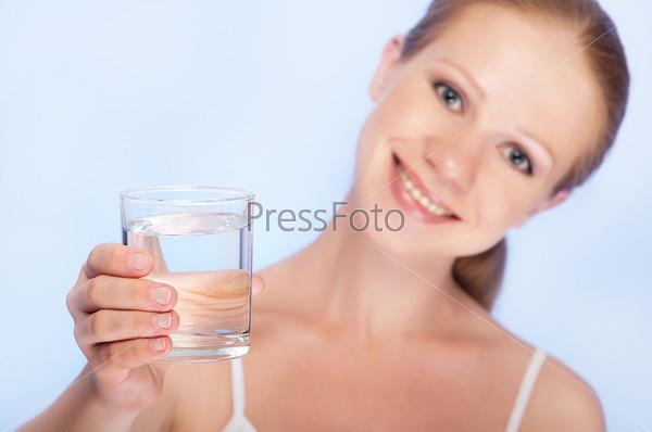 Фотография на тему Молодая здоровая женщина и стакан чистой воды