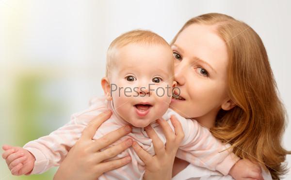Счастливая семья. Молодая мать с ребенком