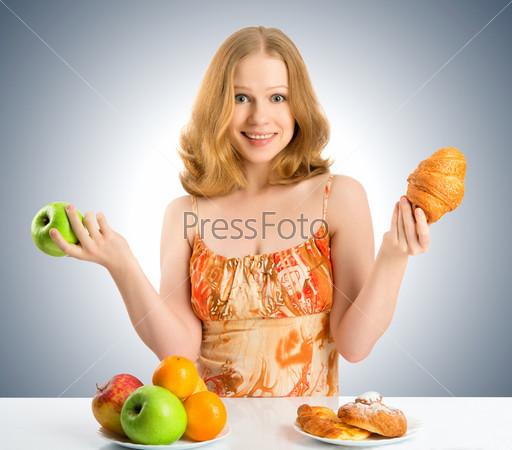 Женщина выбирает между здоровой и нездоровой пищей