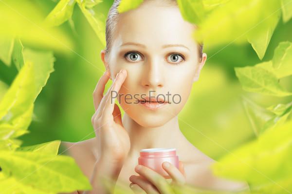 Фотография на тему Женщина с кремом на зеленом фоне. Натуральный уход за кожей