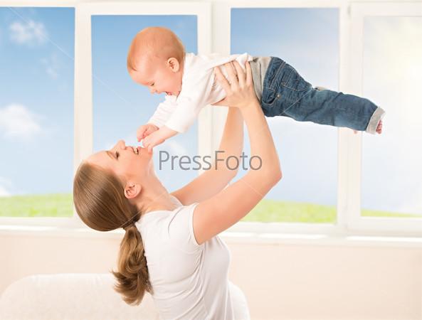 Фотография на тему Счастливая семья. Мать подбросывает ребенка