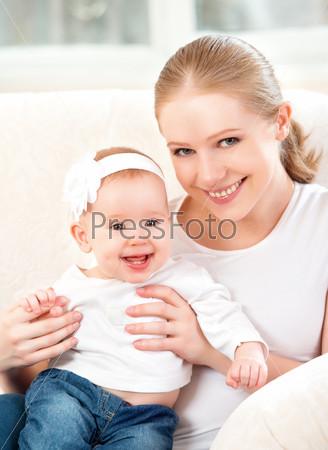 Счастливая семья. Мать и дочь на диване дома