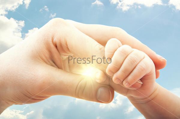 Понятие любви и семьи. Руки матери и ребенка