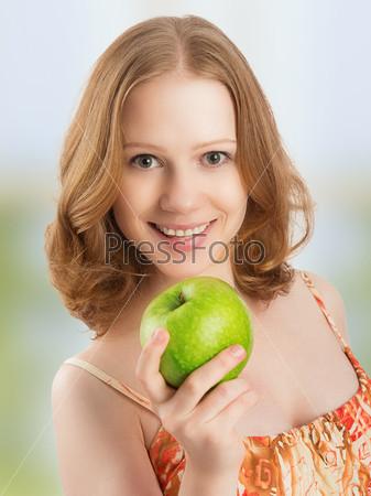 Фотография на тему Здоровая женщина ест зеленое яблоко дома