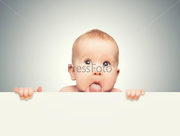 Милый ребенок с белым пустым баннером, изолированный