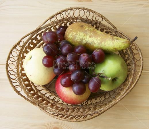 Спелые фрукты в корзине