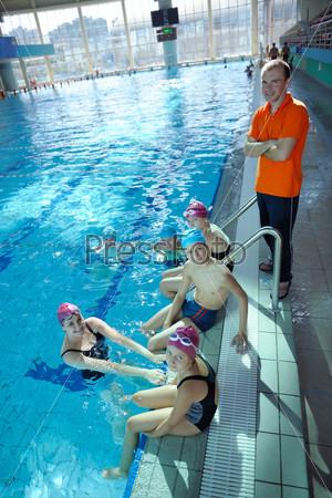 Счастливые дети в плавательном бассейне
