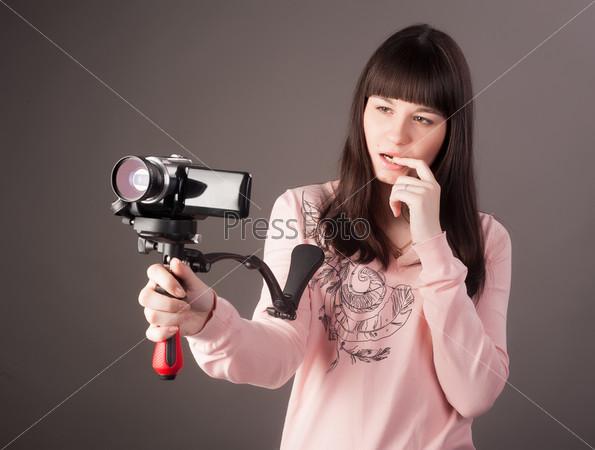 Молодая женщина с видео-камерой