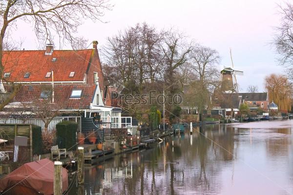 Рассвет на берегу реки в голландском городе Ленен. Нидерланды