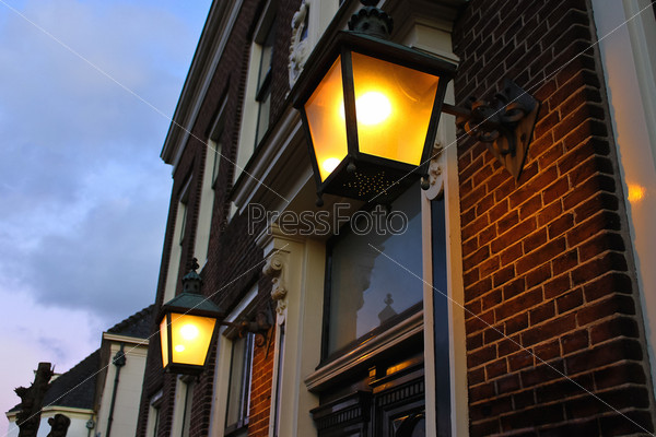 Фонари на фасаде дома в голландском городе Ленен. Нидерланды