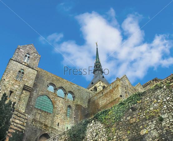 Шпиль собора в аббатстве Мон Сен-Мишель. Нормандия, Франция