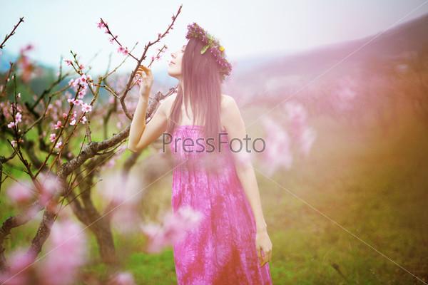 Женщина в весеннем саду