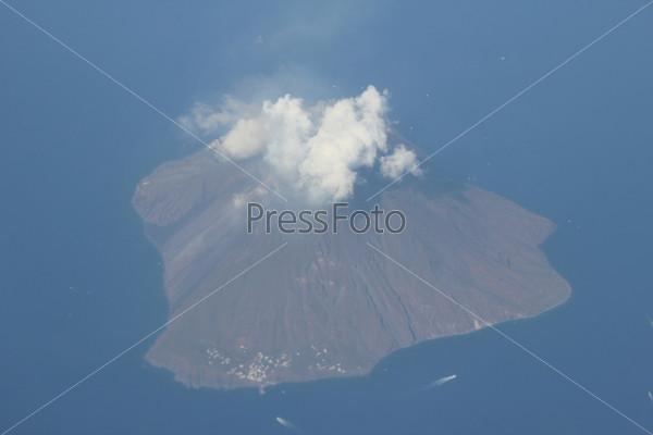 Остров и вулкан Стромболи в Италии