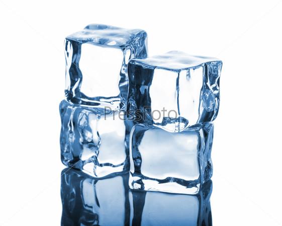 Четыре кубика льда с отражением