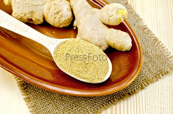 Свежий и сухой имбирь на глиняной тарелке с салфеткой