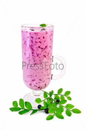 Молочный коктейль с черникой в стеклянном бокале