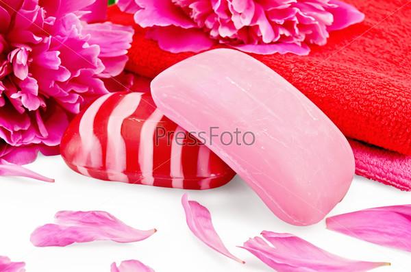 Розовое мыло с пионами и полотенцами