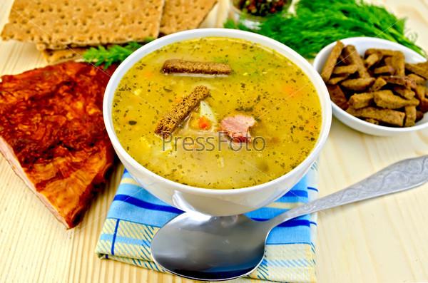 Гороховый суп с грудинкой и хлебцами
