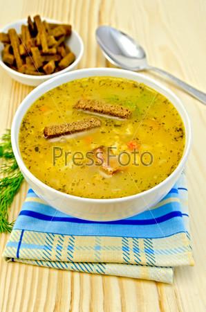 Гороховый суп с гренками в чаше