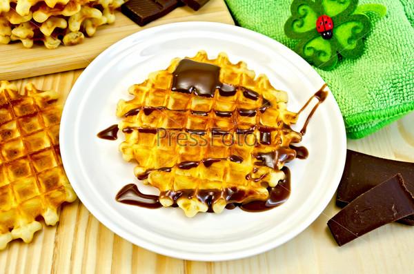 Фотография на тему Круглые вафли с шоколадом и зеленая салфетка