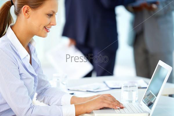 Женщина печатает