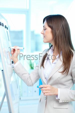 Бизнес-леди пишет на доске