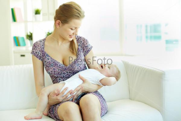 Мать баюкает ребенка